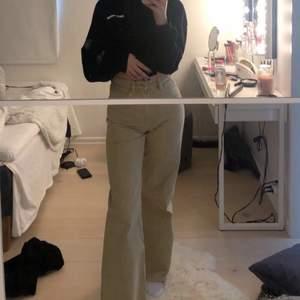 As snygga jeans ifrån Gina, köpta för 700kr säljes för 300. Använd fåtal gånger. Storlek 32 men jag är en 34 o de passar mig ganska bra