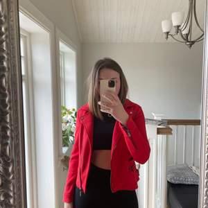 Fejk mockajacka, nästan aldrig använd är alltså som i nästan nyskick!! Den är i en snygg röd färg, jackan är figursydd så sitter snyggt!!