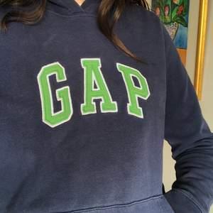 Marinblå hoodie från GAP. Passar XS-M beroende på hur löst eller tajt du vill att den ska sitta, köpt i Florida för tre år sedan, men är i väldigt fint skick😊