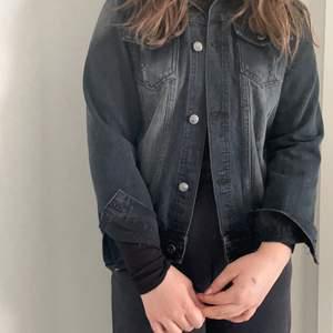 jenas jacka somhat blivitför liten för mig men passar min syster sommar har xs.Skriv privat för mer info?❤️