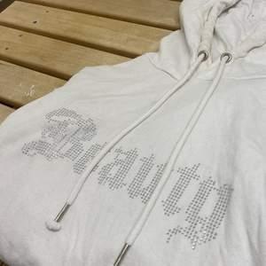 Snygg hoodie med diamanter, storlek xs men sitter mer som en s/m.  100kr