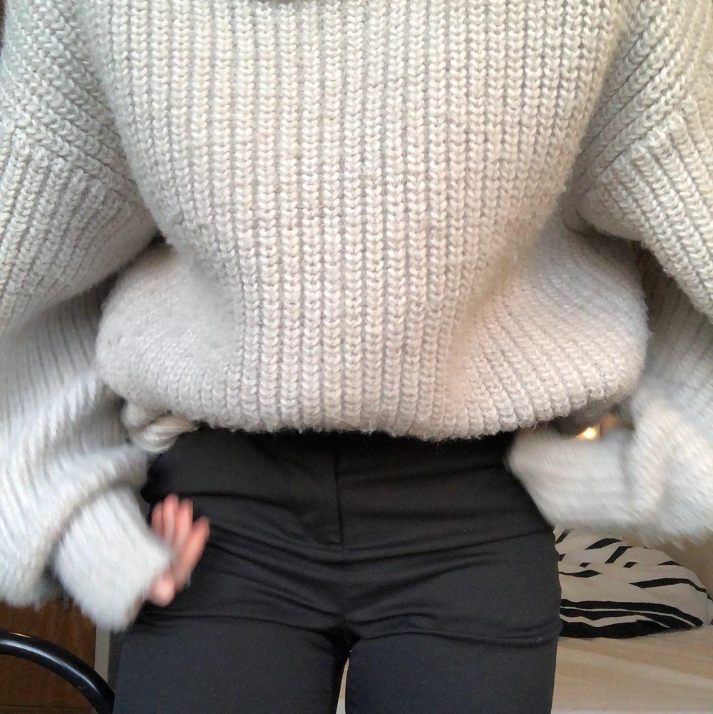 Jättefin grå stickad tröja som jag köpt på hm. Den kommer inte till användning så därför vill jag sälja den💕köpare står för frakt. Tröjor & Koftor.