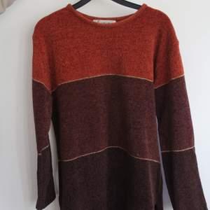 2hand sweatshirt med guld slingor längst med tröjan. Super gosig o skön! 70tal;)