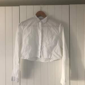 Skjorta som är croppad. Perfekt till höga byxor nu på våren. Mycket gott skick, men ej struken!