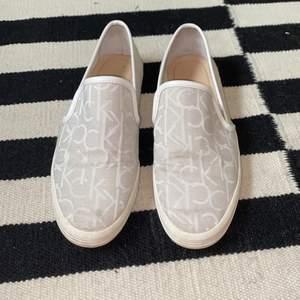 Classy perfekta slipons för sommaren från Calvin Klein Jeans! Bara använda någon enstaka gång! Storlek 39🥂🥂🥂🦋🦋 köpare står för frakt