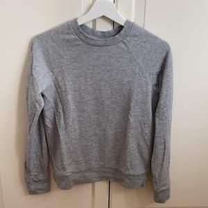 Tunn grå sweatshirt från H&M (Divided) i storlek XS 🤍🤍 Tröjan är i fint skick! Samfraktar gärna med andra plagg och betalning sker via Swish 🥰