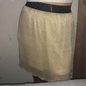 Säljer denna kjolen i storlek M för 50kr! ALDRIG använd❤️