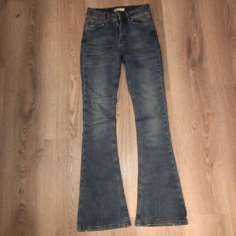 Säljer mina favvojeans från Gina tricot då dem blivit för små. Nypriset är 500 och dem har inga defekter så säljer för mer än halva priset 200 kronor! Står ej för frakten. ❤️ SE BILD 2 FÖR PASSFORM OCH BILD 3 FÖR MIN EGNA BILD.. Jeans & Byxor.