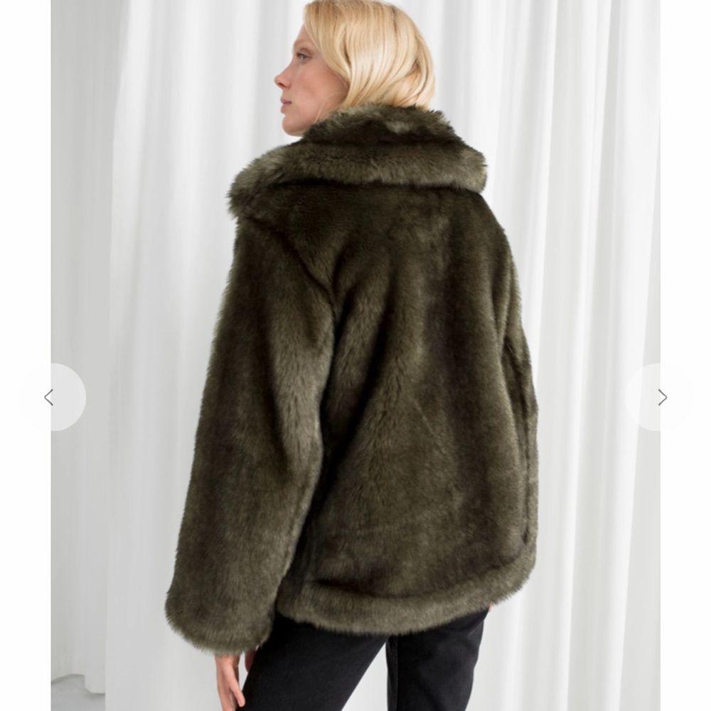 Jättefin grågrön fejk-päls jacka som endast använts 3/4 gånger dvs ser helt ny ut! Superlen päls som har bra lyster. . Jackor.