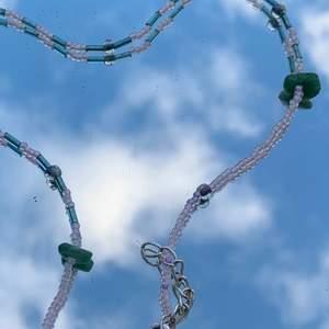NYTT halsband! Ett av våra favorit designs är här fast i grönt & ljusrosa. Dem två stenarna på sidorna sätter pricken över i:et ! Vi älskar det 💚💗  halsbandet kan max bli 42 cm långt !