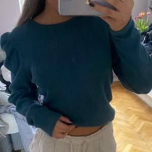 As cool tröja från Zara som har lite puffiga ärmar. Säljer då den är lite stor för mig. Storlek M. Säljer för 150kr exklusive frakt på 69 kr ( postnord paket storlek M ).