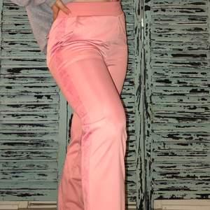 Rosa elastiska alternativa vida byxor med annorlunda tryck på sidorna!😉 Knappt använda!