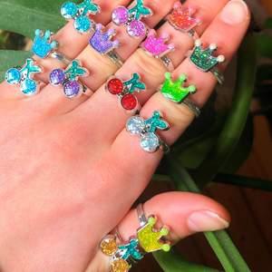 Nu säljer jag 14 stycken olika ringar för 10kr styck                                     🍒 7 med körsbär                                                         👑 7 med kronor som ljuset i mörkret                                                        De är ca. 5 cm i omfång men går att göra större