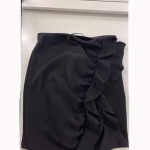 Jättegullig somrig kjol med volanger, den är från pullandbear och köpt för länge sen. Storlek S men resår i midjan och passar mig som brukar ha XS. Vid snabb affär kan pris diskuteras. Jag bjuder på frakten 🥰