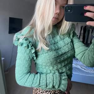 Jättefin grön tröja från zara. Bra skick!! 100kr+frakt Storlek L men skulle mer säga att den sitter som S