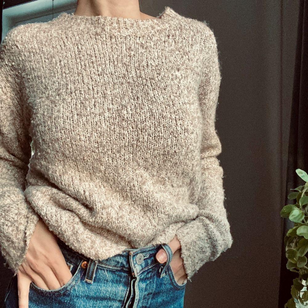 Stickad tröja i beige. Strl xs. Köpt på H&M 💛🧡💛 Skriv i kommentarerna eller kontakta mig vid intresse. Frakten tillkommer. Buda om fler är intresserade.. Stickat.