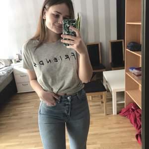 Friends tröja från H&M i storek M, aldrig använd/nyskick.