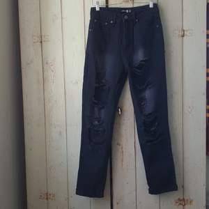 Jeans i nyskick från boohoo. Endast provade, lapparna sitter kvar. 280kr inkl. Frakt :)