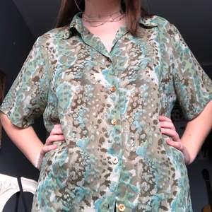 Så fin mönstrad skjorta som tyvärr inte kommer till användning! Väldigt tunt material så perfekt till vår/sommar🐙☀️ jag är 168 cm och den går ner till låren på mig!