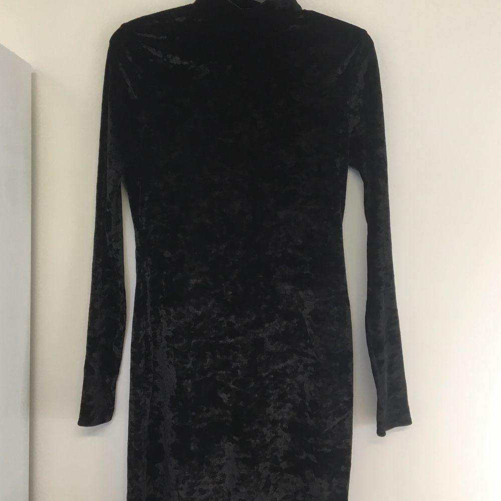 Svart klänning i supermjukt sammetsmaterial. Bekväm att ha på sig. Sparsamt använd, nyskick. . Klänningar.