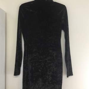 Svart klänning i supermjukt sammetsmaterial. Bekväm att ha på sig. Sparsamt använd, nyskick.