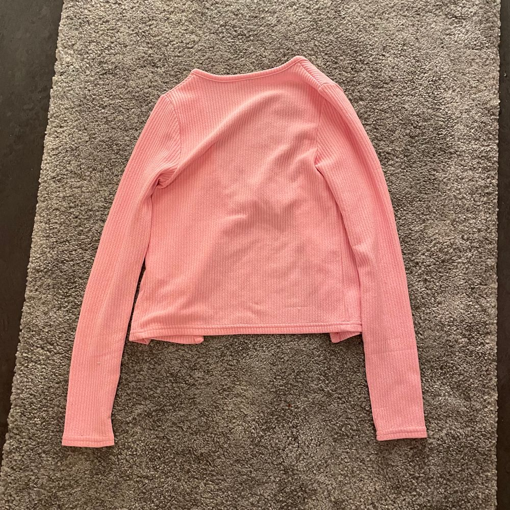 Knytkofta/knyttopp från Hm i rosa💖säljes pga gillar den inte längre❤️Passar perfekt till ett par jeans eller annat! Du kan ha ett linne eller något under eller inte☺️Storelk XS men skulle säga att den passar S och M också👍 Fraktar med Postnords M paket🥰. Tröjor & Koftor.