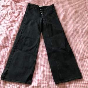 Superfina jeans från Dagmar köpta second hand. Superfint skick förutom ett hål vid ena fotänden därav det låga priset. Frakt +44 kr