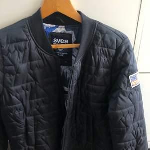 En såå snygg marinblå Svea jacka! Den är helt oanvänd dessutom💙 Storleken är L men den är liten i storleken. Nypris:1700 kr men säljer för 350 kr + frakt🥰