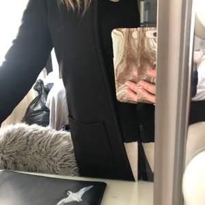 Säljer min svarta vår kappa. Ingen stängning, varit en favorit under våren, rak i modellen och stora öppna fickor.