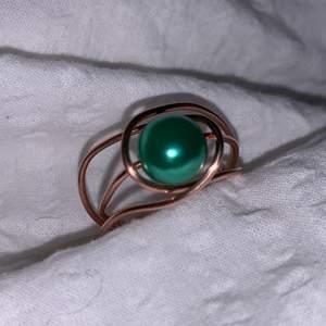 Roséguld ring med en grön pärla, kan special beställas med valfria pärla. Hör av er privat<3
