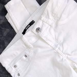 TVÅ PAR. Vanliga vita jeans med silver detaljer, superfina men tyvärr inte kommit till användning. Finns även i Mörkgrön. 80:-/st eller båda för 100:- ✨ storlek S