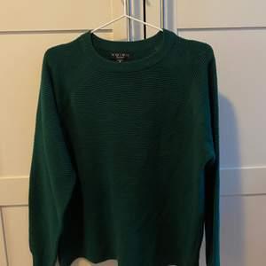 En supermysig grön tröja, den är stickad & helt oanvänd. Storlek M. Frakten står jag för🌸