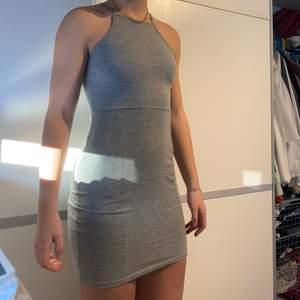 Grå tight klänning med något högre hals