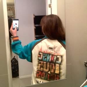 Stor baggy hoodie! Jag är en s-m men gillar den är ganska stor men det gillar jag! Mycket härliga färger🤝🤝