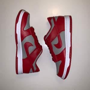 Säljer ett par äkta oanvända Nike Dunk UNLV i storlek 37,5 för 1300 kr. Kan mötas upp på Östermalm eller skicka