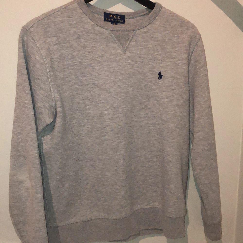 Jätteskön och snygg sweatshirt från Polo Ralph Lauren i storlek L (boys 14-16). Nypris ligger på runt 1000kr och säljer för endast 250kr. Passar dig som är mellan 165-175 lång. Säljer pga att jag inte har någon användning för den längre. Pris kan diskuteras!. Tröjor & Koftor.