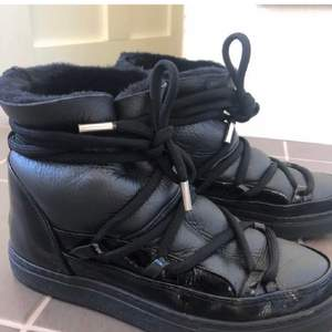 Svarta/blanka skor från inuikii. Nypris 2800kr. Bra skick. Kvitto och box finns om så önskas.