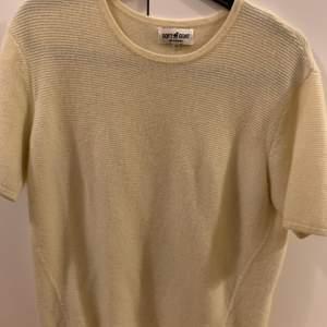 En citrongul kashmir tröja från Soft Goat med räfflor. Använd ett fåtal gånger och därmed i väldigt bra skick. Säljer pga använder inte så mycket. Står XS men skulle mer säga att den är en S då den är lite oversize.