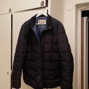 Här har vi en fin jacka ifrån Barbour, den är i nyskick, använd några fåtal gånger. Köpt på Care of Carl. Nypris 2299:- nupris 1000:-