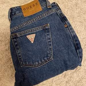 Säljer dessa vintage guess jeans som inte kommer till användning då de blivit försmå. De är använda ca 2 gånger så fint skick. Det står storlek 27 på lappen men skulle nog bättre passa 26/25. Köparen står för frakt, skriv för fler bilder.