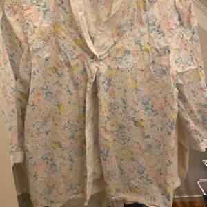 Så fin vintage blus! Passar strl 36 men det är en 38a. Köptes second hand! Så fin i skicket