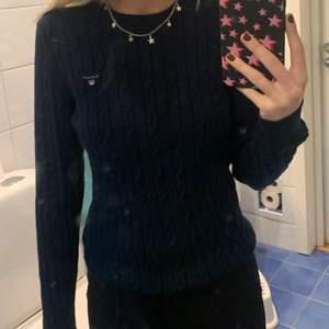 Superfin Gant tröja som är marinblå i storlek S, köparen står för frakten!💙
