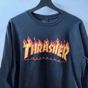 En svart långärmad tröja med Thrasher tryck som är i bra skick alltså knappt använd, lite tjockare matrial, normal i storleken 🧡