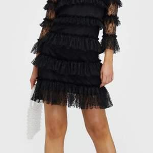 Säljer min superfina, svarta By Malina klänning! Den är i en svart spetts och med dragkedja i ryggen. Jättebra skick, endast använd 2 gånger. Nypris är 2000kr, jag säljer för 900kr. Kan både posta elr mötas upp i Göteborgs området! Skriv gärna om ni vill se fler bilder