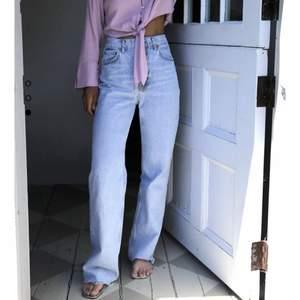 Säljer dessa populära jeans från zara då dem tyvärr är lite för små. Bra skick och klippt nedtill så de passar mig som är 160 cm lång. Kan skicka fler bilder vid intresse, frakt tillkommer 🤍
