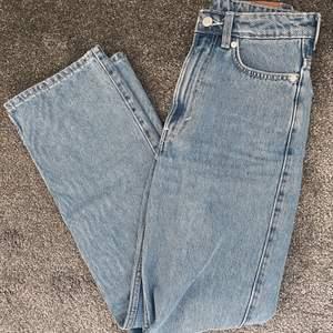 """Jättefina mellanblåa jeans från weekday i modellen Rowe. Färgen syns bäst på tredje bilden och heter """"sky blue"""" . Använd några få gånger så super bra skick. Frakt på 66kr tillkommer."""