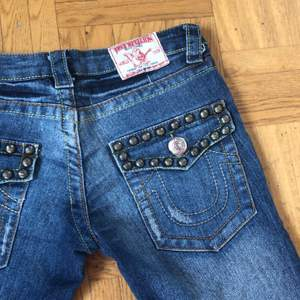 Såååå coola unika true religion jeans som tyvärr är för små för mig. Aldrig sett nåra liknande. Lågmidjade, utsvängda och stretchigt material. Midjemått 76cm ungefär, innerbenslängd 77cm😊