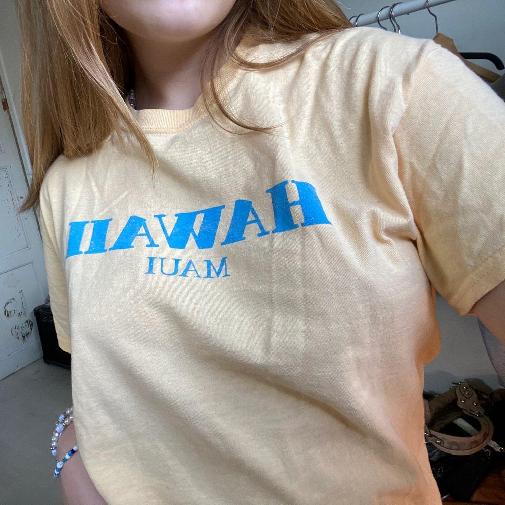 Snygg pastell gul T-shirt med pastell blått tryck på framsidan.   Denna har surf känsla och passar så bra till kjolar, shorts och jeans. Du kan verkligen ha den när som. Materialet är strävt så passformen inte säckar ihop. Så skön!. T-shirts.