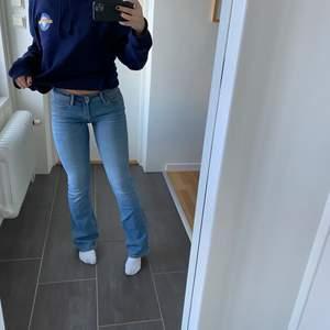 Ljusblåa lågmidjade bootcat jeans från Crocker. Jätte bra skick då dem endast är använda några få gånger, är 165 å de är långa på mig. Nypris ca 800kr💖