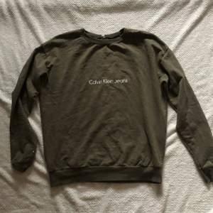 Mörkgrön sweatshirt från Calvin Klein